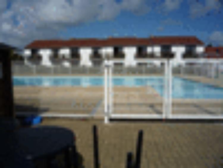 ZEEWIND II: An Der Belgischen Nordseeküste, In Einem Ferienpark Mit  Schwimmbad Mit Babybecken, Tennisplätzen, In Der Saison Café Restaurant.