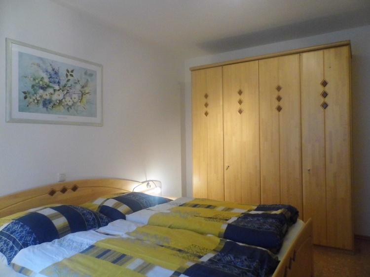 Schlafzimmer mit Doppelbett und Stockbett