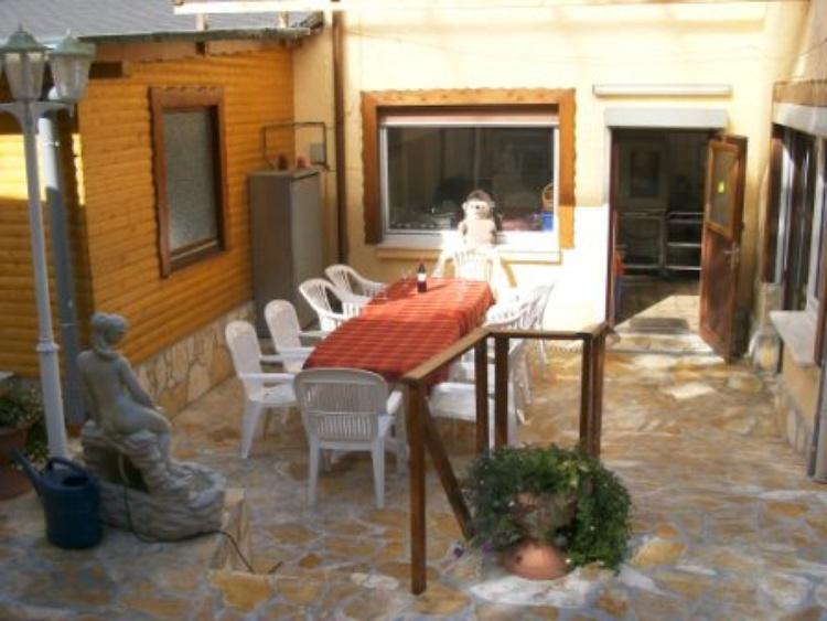 Die Terrasse im Hinterhof für die Raucher