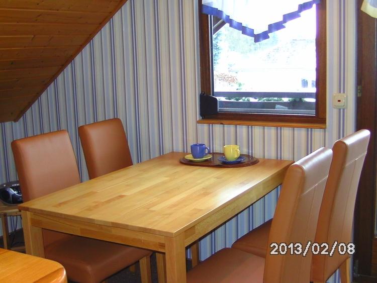 Esstisch mit 4 Stühlen 50 m² Whg.