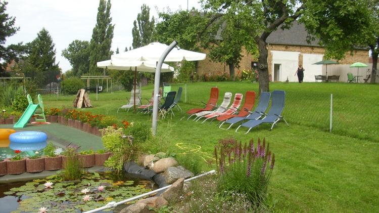 Sitzplätze im Garten am Teich