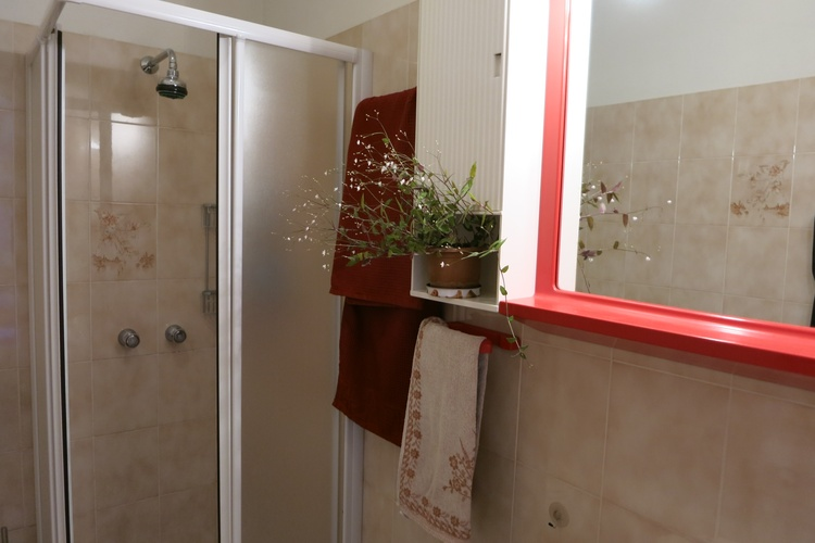 Bad mit Dusche, Bidet und neuer Waschmaschine