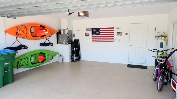 Garage mit Kayaks, Fahrraedern und Golfausruestung