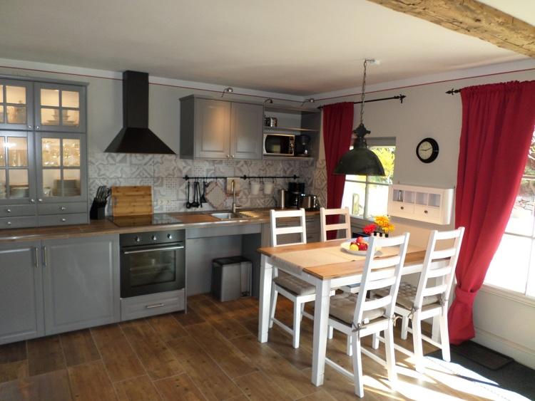 Die unterfahrbare Küche ist mit allem ausgestattet, was Sie zur Selbstversorgung brauchen.