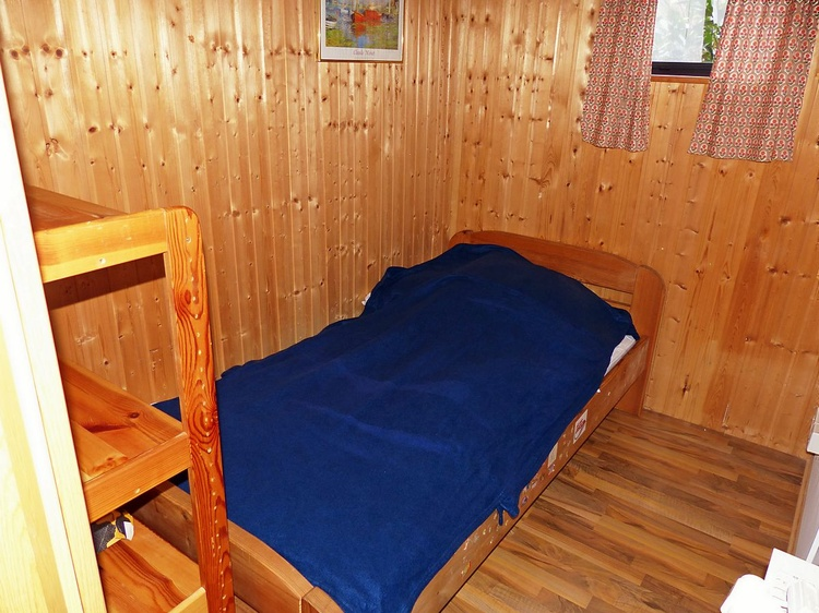 Einzelbettzimmer mit Platz für Kinderreisebett