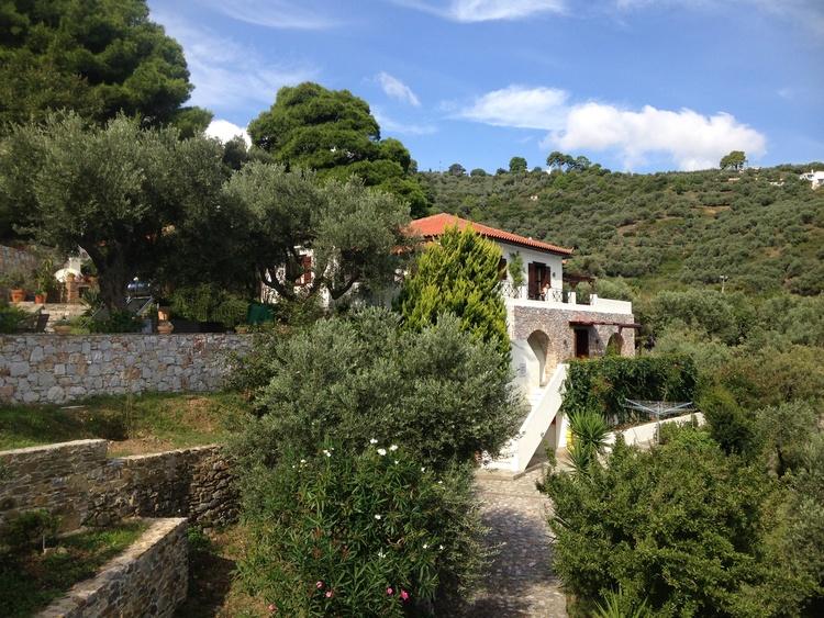 Villa Kamáres mit der Schachterrasse