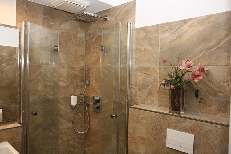 Dusche mit Echtglasfalttüren
