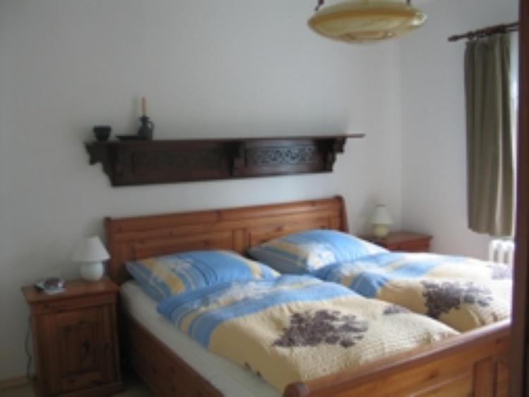 OG-Schlafzimmer mit Doppelbett