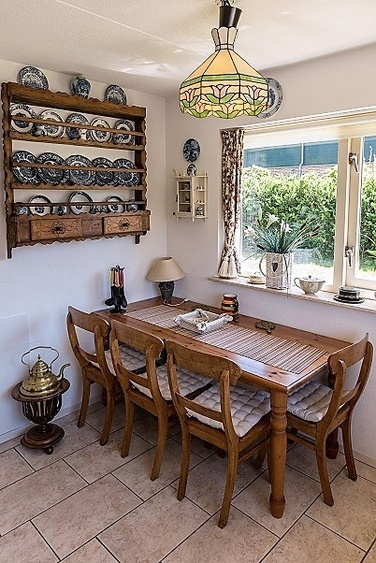 Nice extra dining set for 4 guests in the kitchen