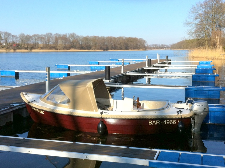 Unsere Boote liegen wenige Meter vom Haus an der eigenen Marina