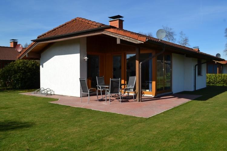 Große Terrasse (23qm) mit Gartenmöbel und Liegen