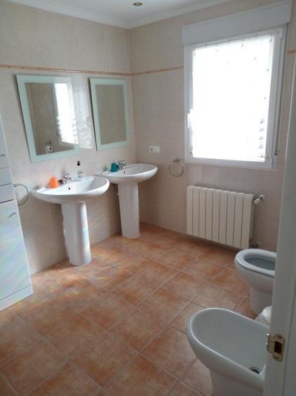 Grosses Bad mit Waschbecken, WC, Bidet und Runddusche