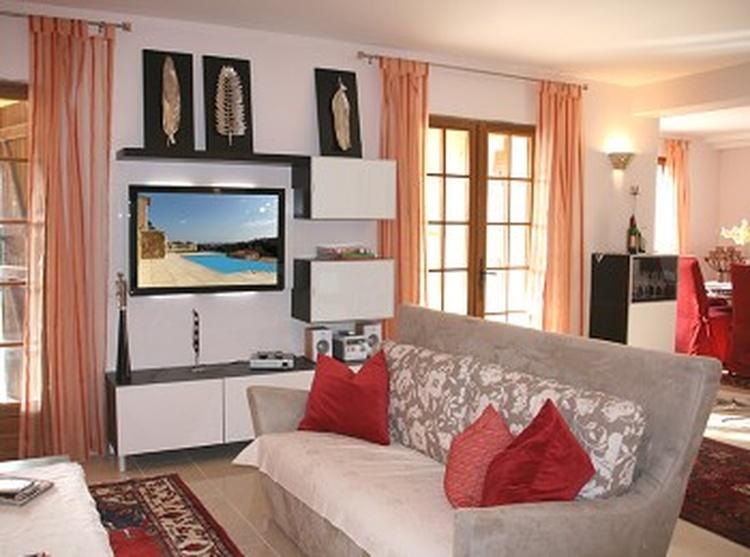 Das gemütlicher Wohnzimmer mit Ausgang auf die grosse Terrasse, TV mit Sat-Receiver