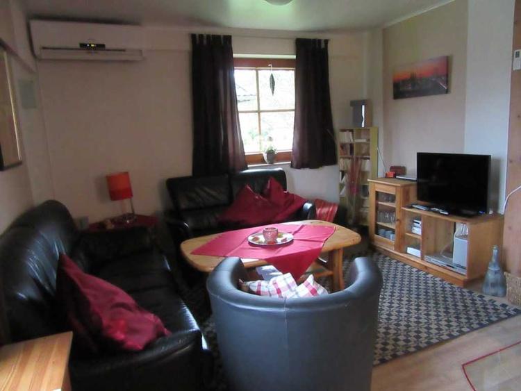 gemütliches Wohnzimmer mit TV, DVD und Kaminofen