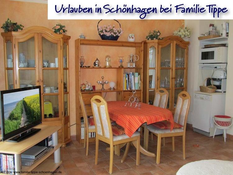 Wohnzimmer mit Ess- und TV-Ecke