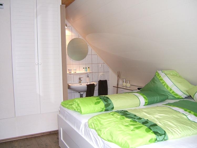 Doppelbett mit Waschgelegenheit