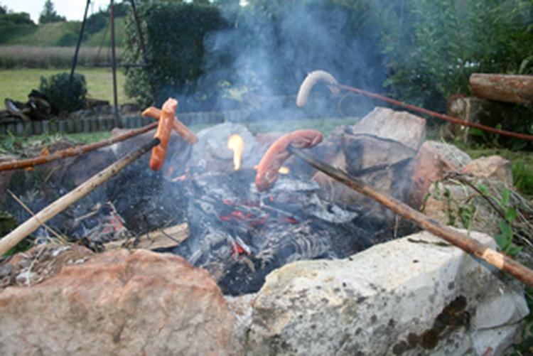 Würstle braten am Lagerfeuer