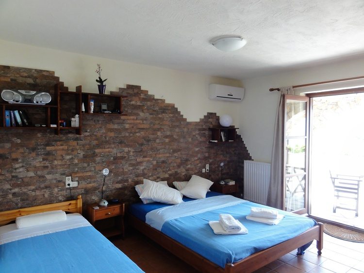 eines der beiden Schlafzimmer mit gedecktem Vorplatz mit Sitzgelegenheit und herrlicher Aussicht