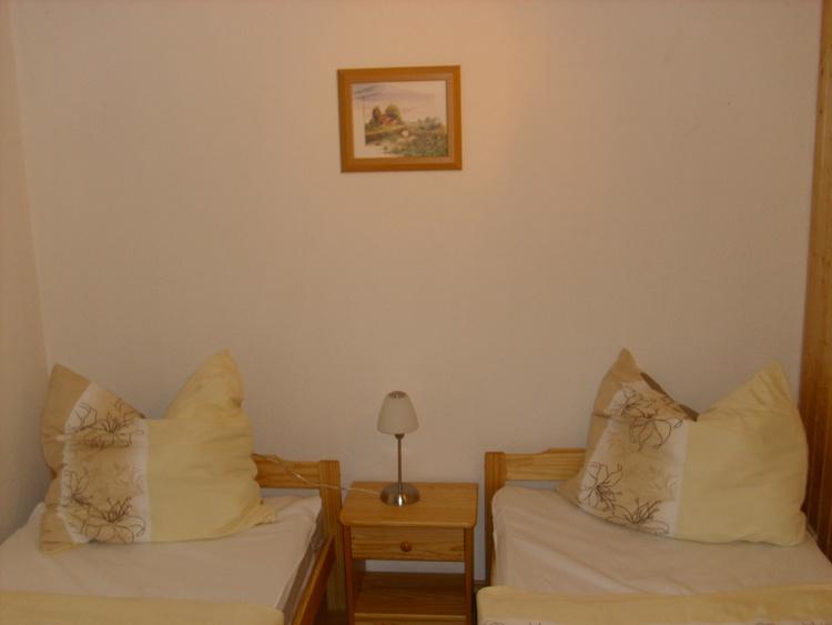 Wohnung 1, Kinderzimmer 8 m² -  2 Einzelbetten  90 x 200 mit Konsole und Schrank