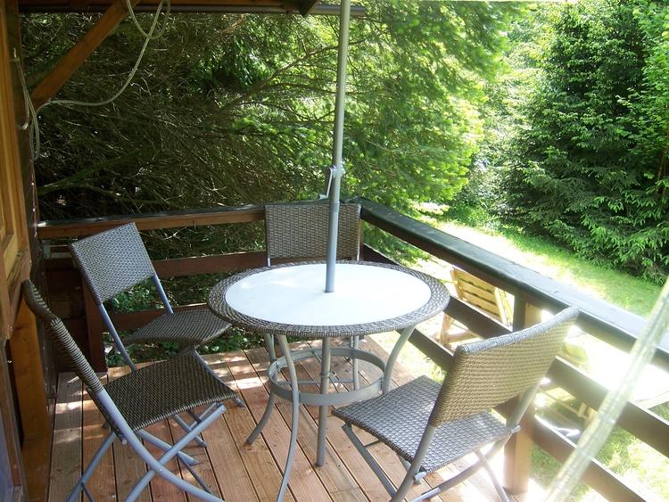 Im Sommer ein kühles Plätzchen: die Veranda der Hütte am Berg...
