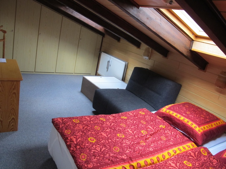 Schlafzimmer mit Wandschrank oben