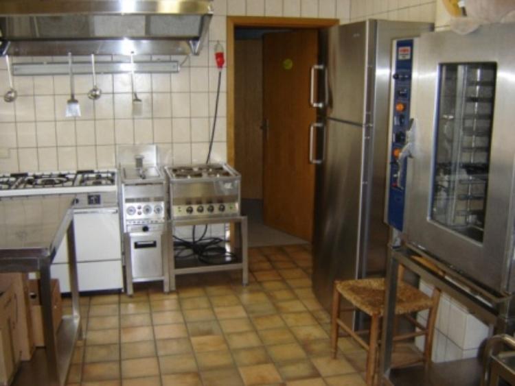 Die große und gut ausgestattete Küche !