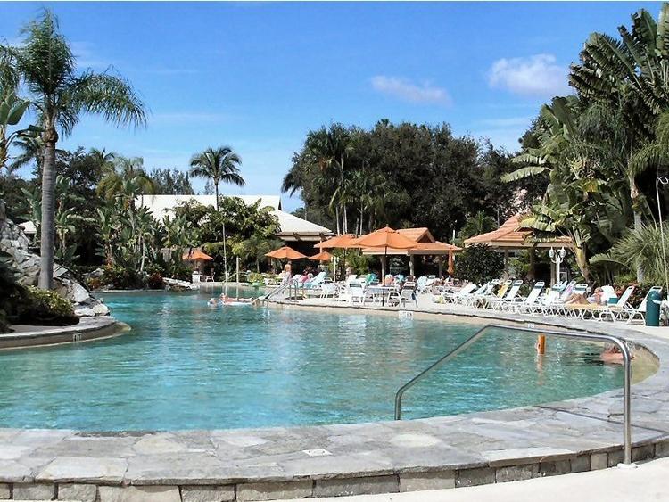 Der beheizte Pool von FALLING WATERS. Eines der größten in Florida.