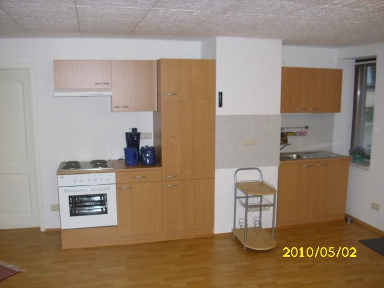 Wohnung 1, Wohnzimmer 28 m², Küchenzeile 2,70 m komplett ausgestattet