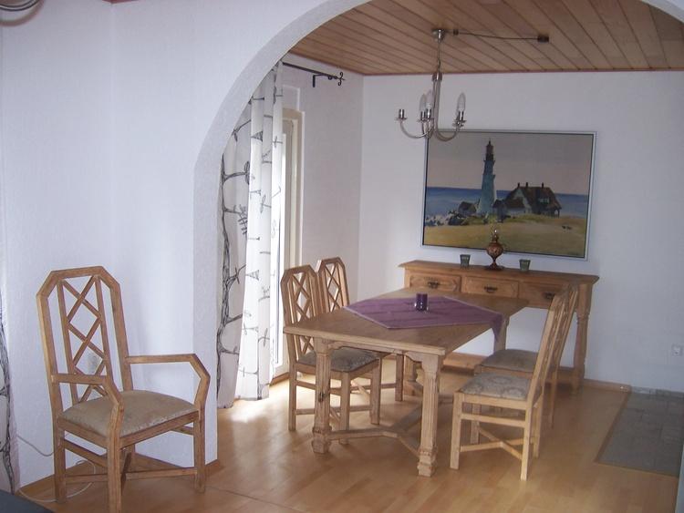 Das Speisezimmer, an dessen Tisch auch mit 4-5 Personen Karten gespielt werden kann...