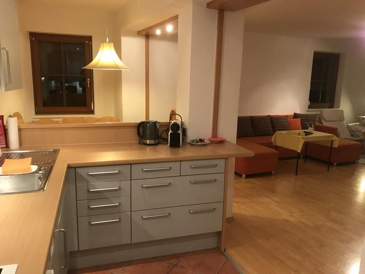 Küche mit Blick auf Essbereich und Wohnzimmer