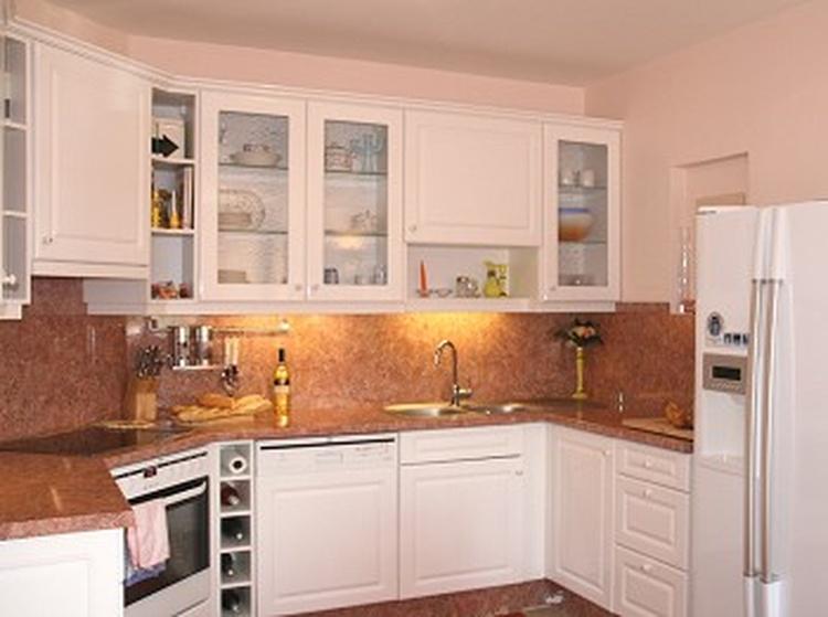 Küchenbereich mit Geschirrspüler, amerikanischer Kühlschrank mit integrierter Eiswürfelmaschine