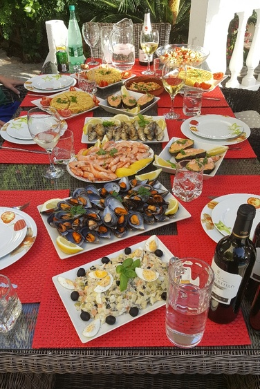 We spoil you with a romantic spanish Tappas-Evening with 8 cours on the pool and good RIOCHA wines