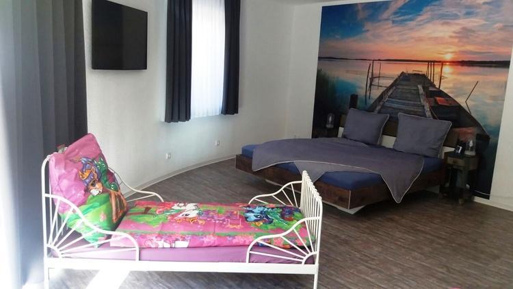 Doppelbett im Stegzimmer 180 x200 und  Kinderbett