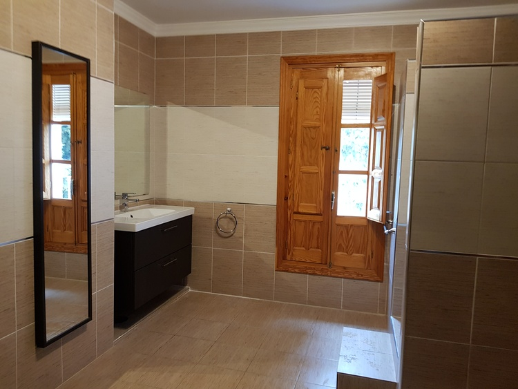 One of our 6 bathrooms