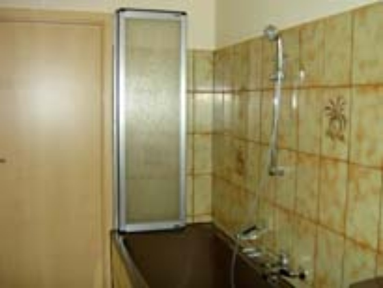 Bad (1) - Wanne mit Duschwand -