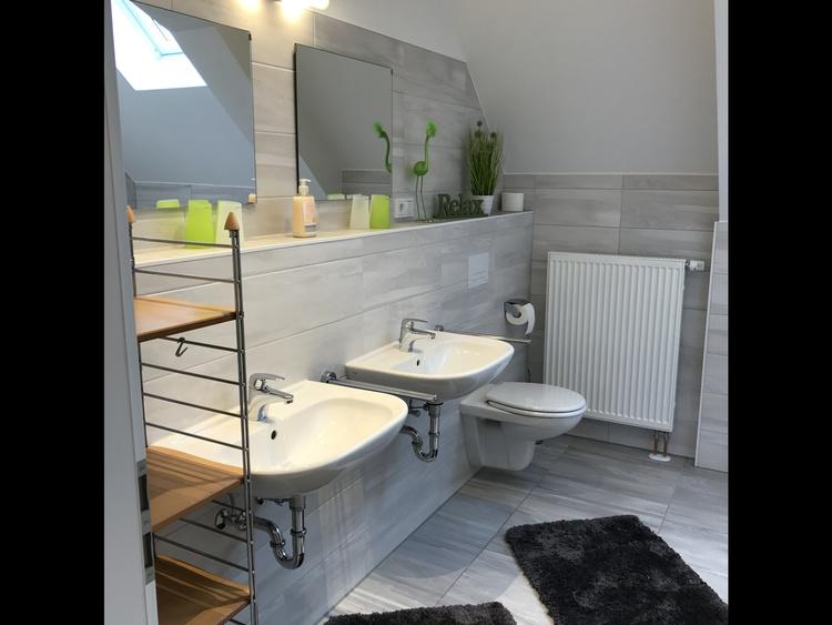 Badezimmer mit zwei Waschbecken,WC,begehbare Dusche,Waschmaschine