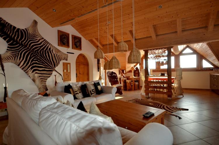 Die Größe der Ferienwohnung gestattet eine sehr großzügige Gestaltung mit vielen afr. Exponaten