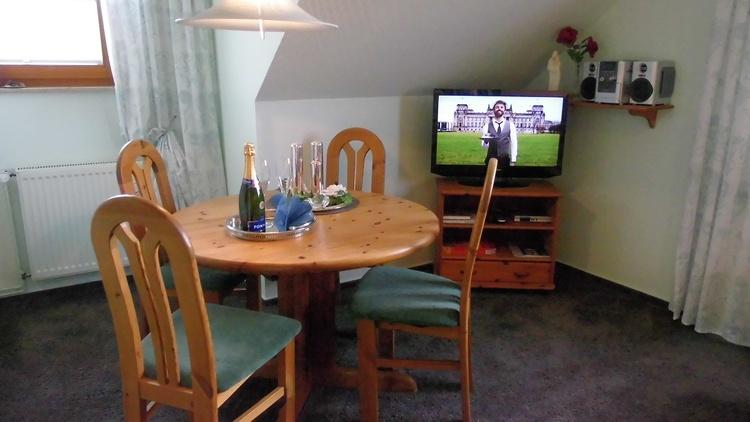 Essecke mit Flachbild TV.