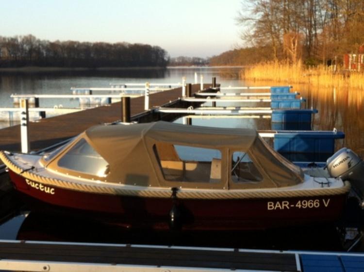 Mit unserem Motorboot können Sie die herrliche Landschaft von der Wasserseite aus entdecken
