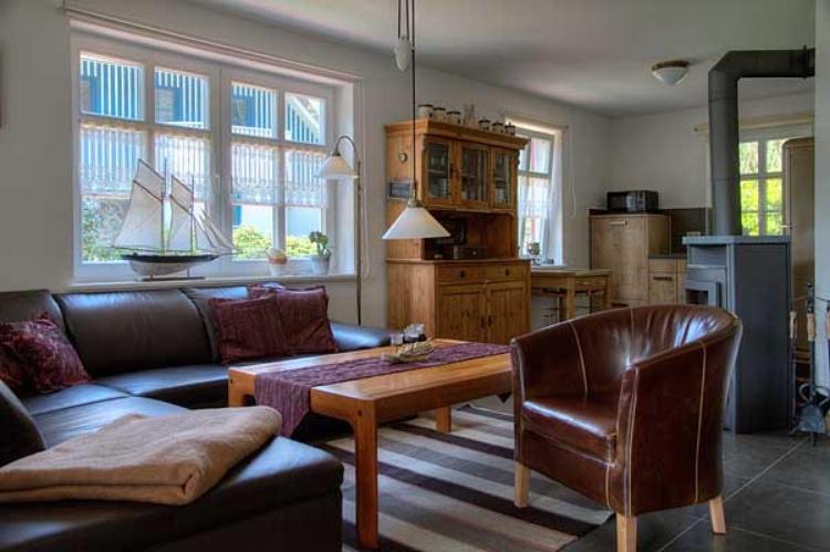 Einblick: Wohnraum mit offener Küche