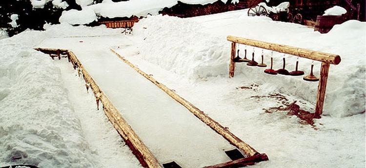 Original Eisstockbahn im Garten der Hütte