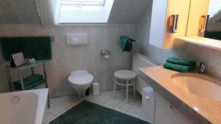 Bad mit Wanne/-Dusche, WC Fön, Waschtisch, Seife & Handtücher