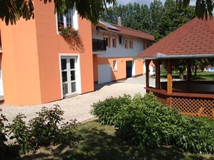 Der Anbau mit Apartment 3. Im Vordergrund der gemütliche Pavillon.