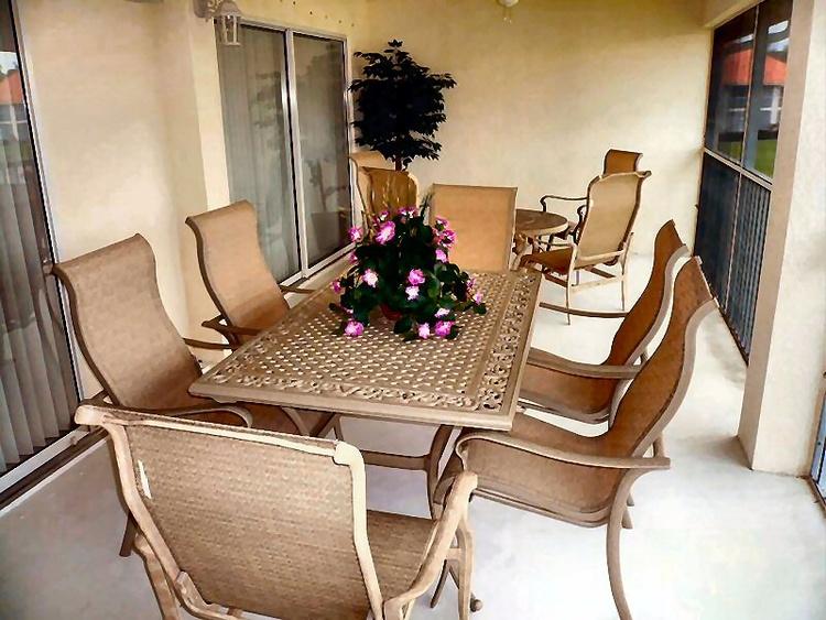 Auf dem LANAI befinden sich bequeme Gartenmöbel.