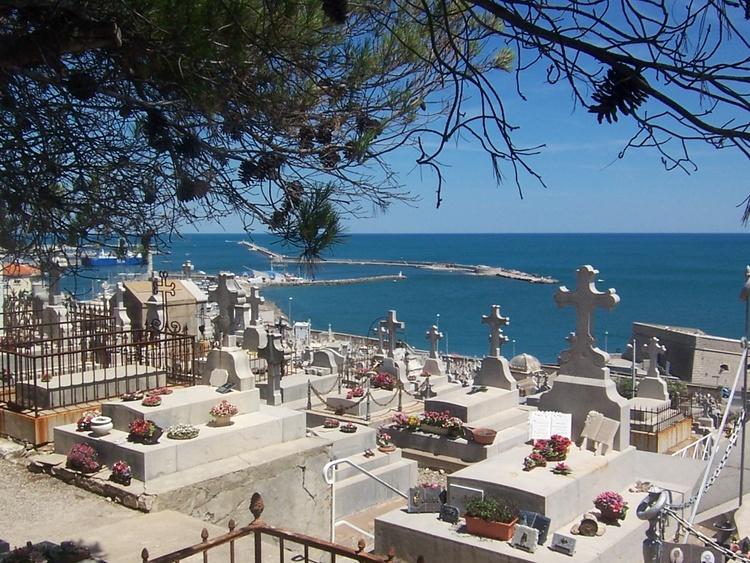 Meeresfriedhof mit Blick auf den Hafen