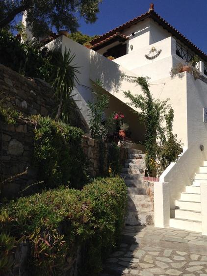 die linke Treppe führt zur Schachterrasse, die rechts zum Hauseingang