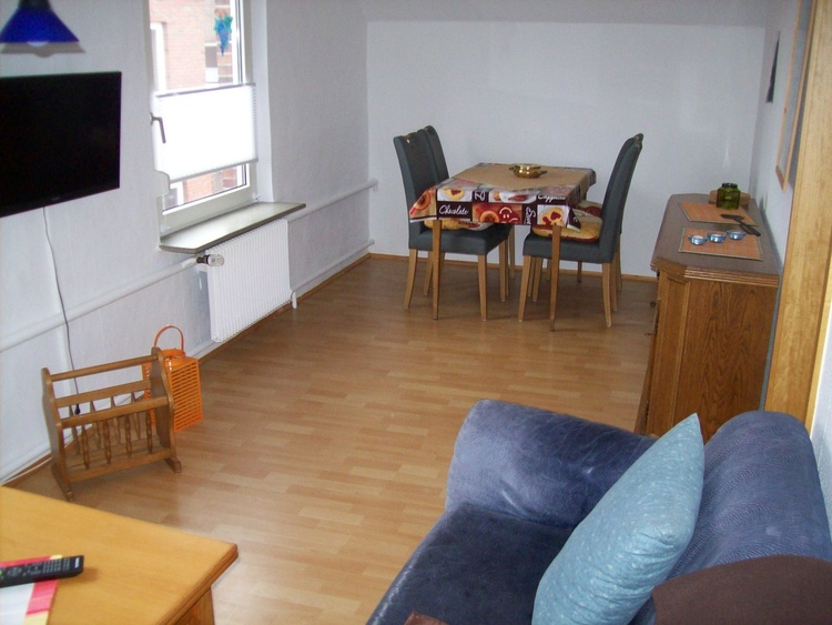 Wohnung II, Wohn- und Essecke mit TV