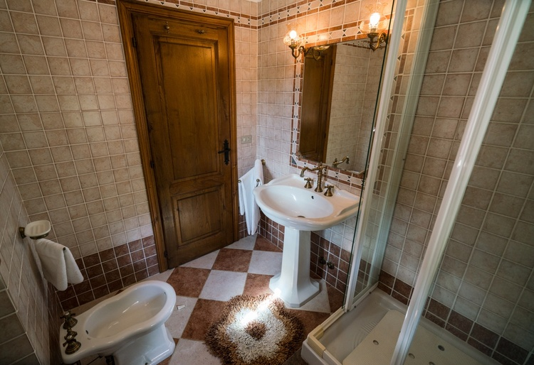 Badezimmer mit Dusche/ WC/ Bidet