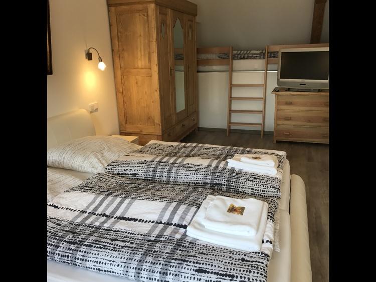 Schlafzimmer mit einem Einzelbett und Babybett