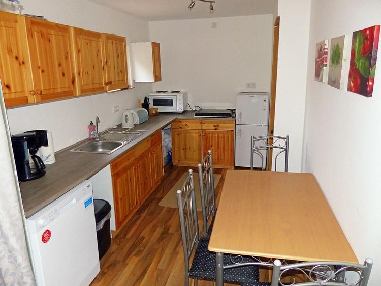 Esstisch und Küche mit Spülmaschine